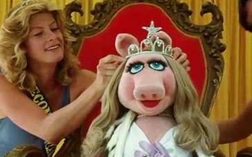 《布偶大电影2》片段 粉红猪封后与青蛙眉目传情