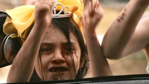 大群丧尸围攻游乐园,女孩被僵尸困在高空下不来,上演花样杀丧尸