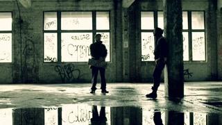 两神秘男子在废弃建筑物里的对话  这色调看着蜜汁诡异