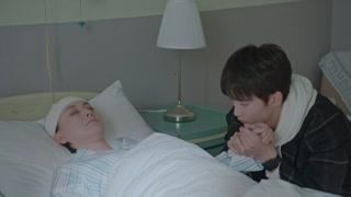 姜颠坐在病床前守护陈慧云