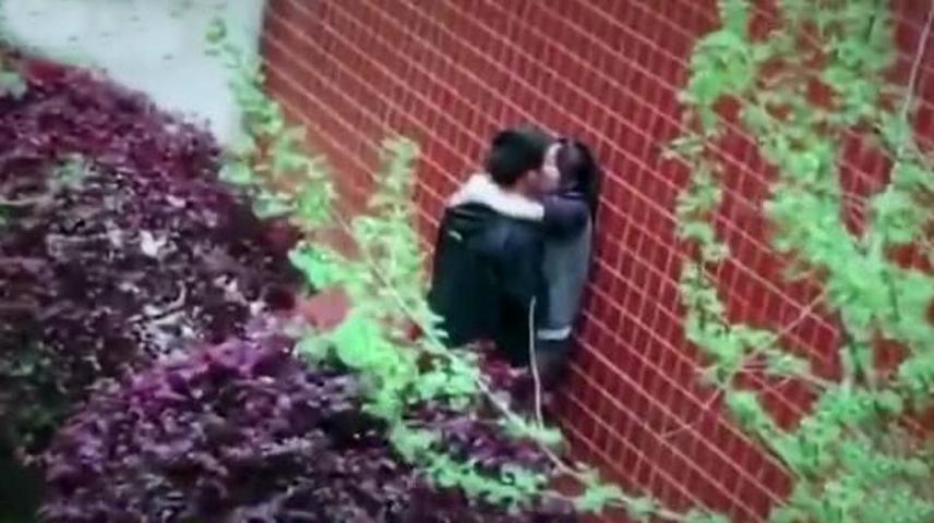 尴尬!疑似男女学生校园内激吻被偷拍