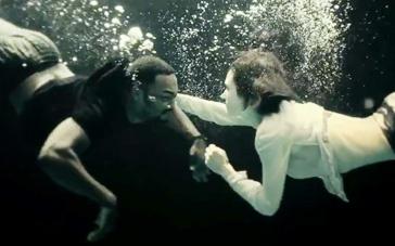 《庇护所》精彩片段 康纳利麦凯水中浪漫缠绵激吻