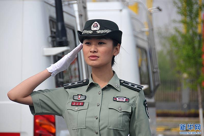 第二炮兵07式预备役军装.郑文浩 摄-女预备队员穿着07式短袖夏常服图片