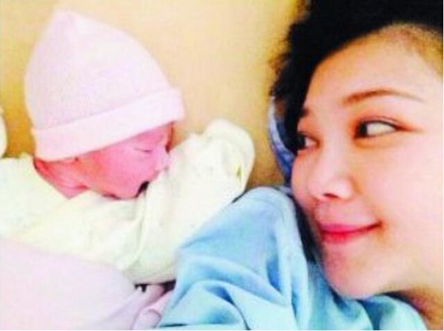 幼儿歌曲 小月亮简谱-美国产女 明星宝宝的第一张照片