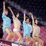 组图:啦啦队女郎助阵棒球比赛 卖力热舞秀才艺