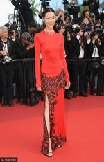 组图:刘雯穿深红旗袍亮相红毯 身材高挑美腿性感
