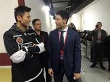 宁泽涛观战NHL中国赛 与宋安东撞脸热聊