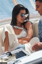 组图:考特妮-卡戴珊bra外穿 游艇中将腿放男友身上