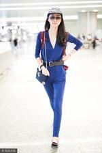 组图:韩雪蓝色连身裤展高挑身材 见镜头亲切挥手露甜笑