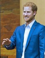 组图:哈里王子西装革履手比电话 开怀大笑秒变表情包