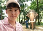 组图:久未露面的2PM尼坤晒照 与大象合影享休闲