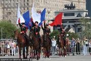 俄罗斯马术学校学生表演高难度动作