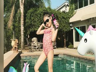 李安琪晒儿子女儿近照!奥莉泳装秀小长腿弟弟造型搞怪