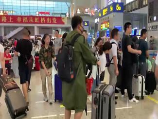 """机场流行跑男!凌潇肃狂奔 黄磊直呼""""太忙了"""""""