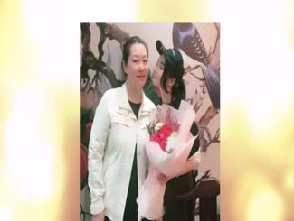 赵本山53岁妻子近照曝光 素颜出镜与女儿球球玩直播