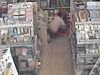 女店员书店整理商品 遭男顾客袭胸强扑倒地
