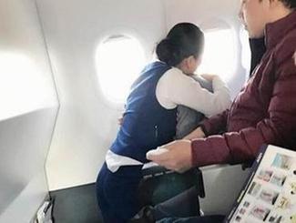 一航班旅客因害怕不适 乘务长跪地15分钟