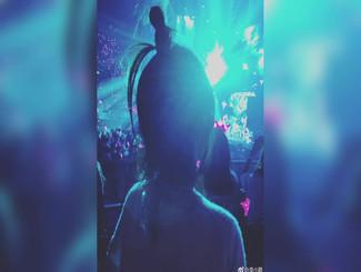 李小鹏晒与周杰伦演唱会合照 携太太女儿集体出动追星