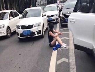 成都奥迪女车主闹市遭绑架遇追尾获救 嫌犯被抓