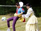 明星夫妻法国迎来收官之旅 公主装戚薇掀裙踢球