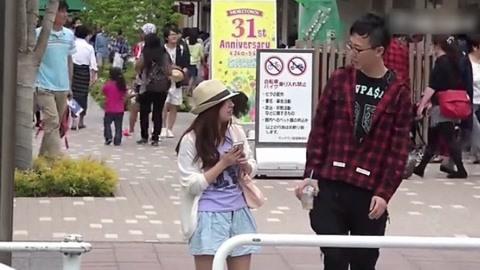 """小伙日本街头""""学外语"""""""