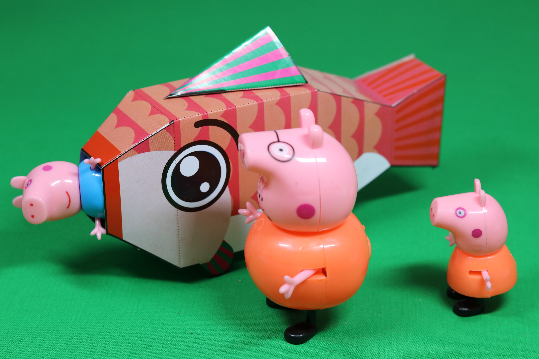 小猪佩奇和乔治在河边玩被大鱼吓哭