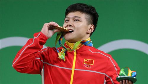 举重56KG龙清泉破世界纪录