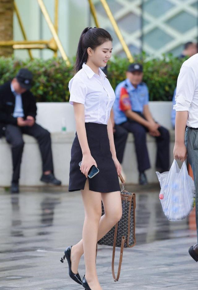 攝影:夏季職場穿搭,氣質女孩偏愛黑色短裙,輕松展現幹練優雅之美