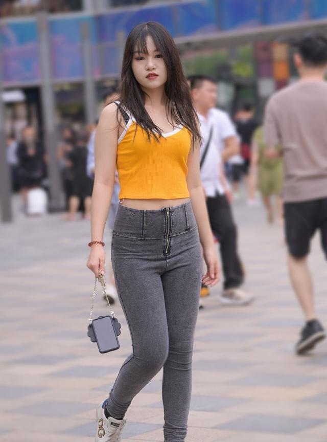 胖姑娘穿牛仔裤,不是展示身材,微胖美也是一种美插图(4)