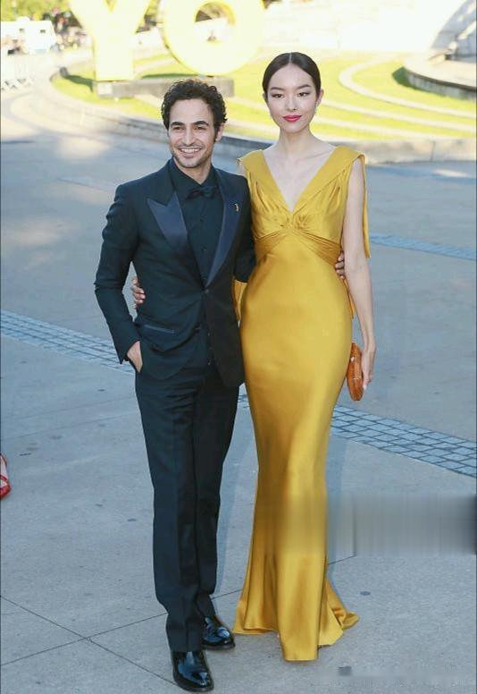 超模孫菲菲氣質真不賴,一襲金黃緞面深V長裙亮相,腰臀比太驚艷