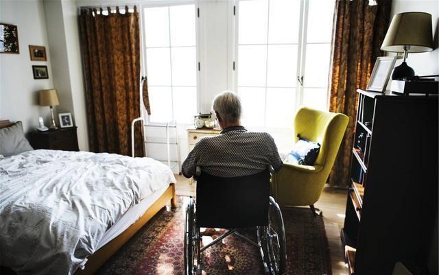 八旬孤身老人,請個住傢保姆,還得看病,7000退休金夠用嗎?