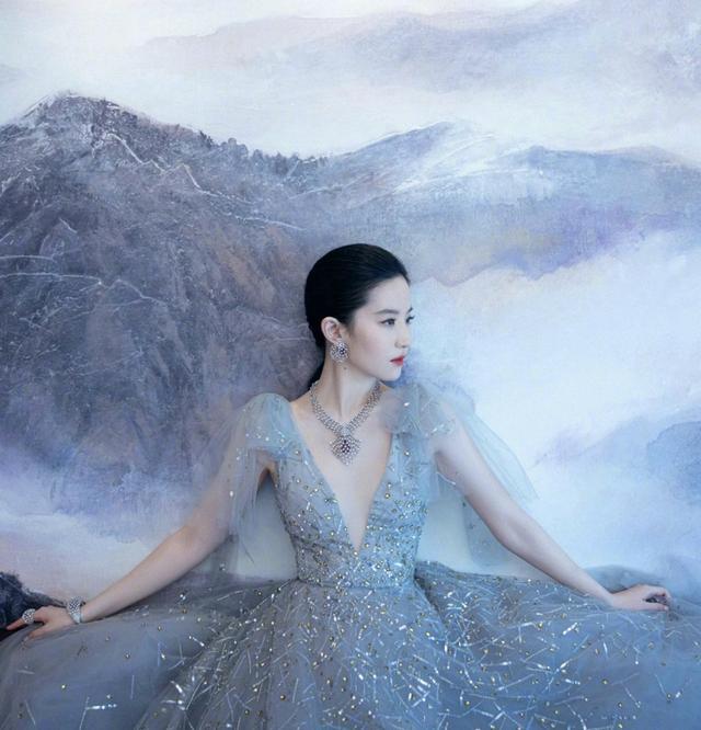 劉亦菲被誇顱頂優越,撞臉冰雪女王,網友:女神從小美到大