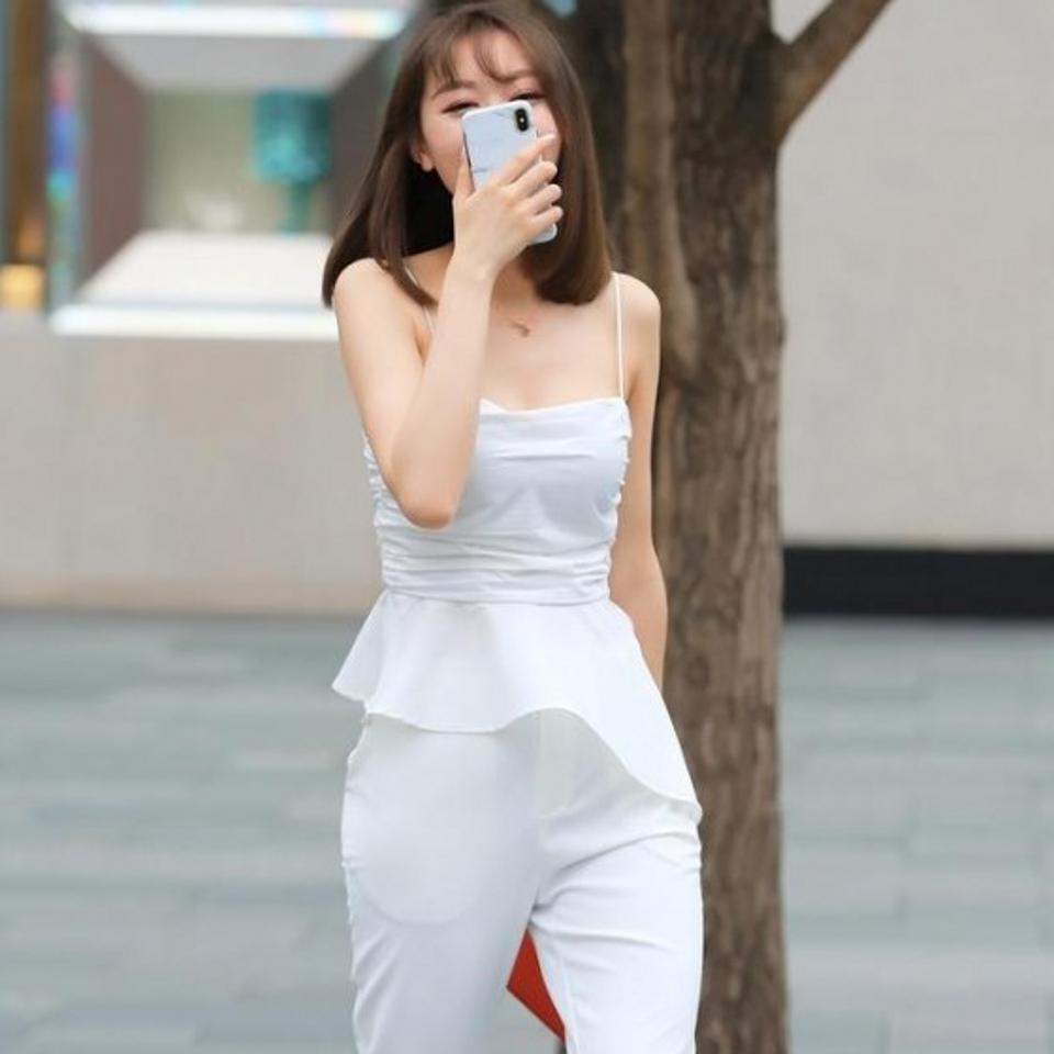 路人街拍,白色的短袖搭配牛仔熱褲,很顯青春活力