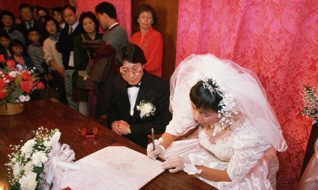"""婚禮當晚,婆婆和丈夫提出無理要求,女子說""""幸虧沒領證"""""""