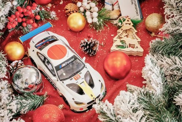 賓利發佈聖誕特別版定制車標!網友:有錢人的快樂
