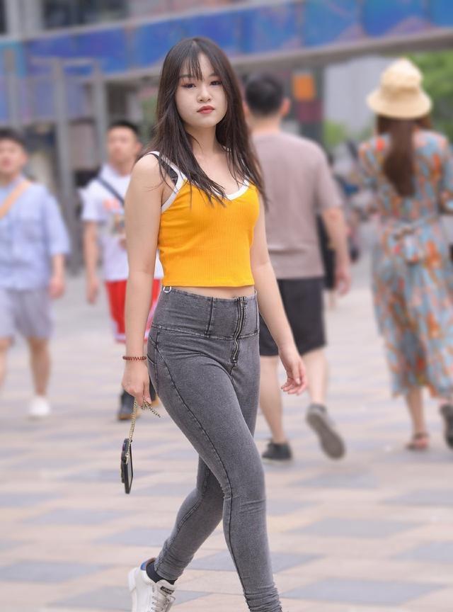 胖姑娘穿牛仔裤,不是展示身材,微胖美也是一种美插图(6)