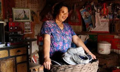 母親分遺產,3個兒子平分30萬,養女一分未得卻成全村首富