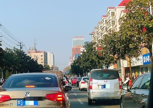 上海嘉定:女子考駕照練車,結果車被開到瞭河裡!