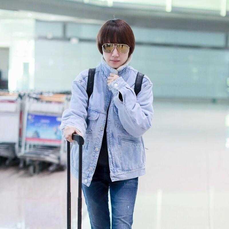 袁泉不懼素顏走機場,穿牛仔外套配小腳褲洋氣減齡,看不出43歲