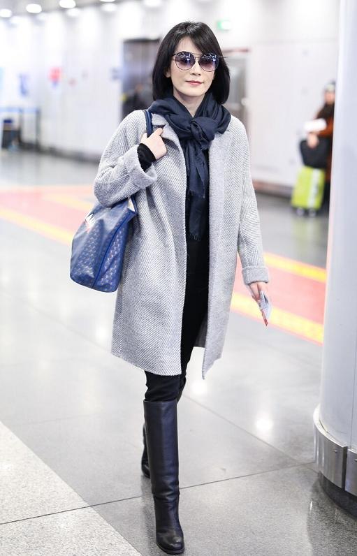見過世面的女人穿衣從不復雜,看俞飛鴻這一身灰+黑搭配,就知道