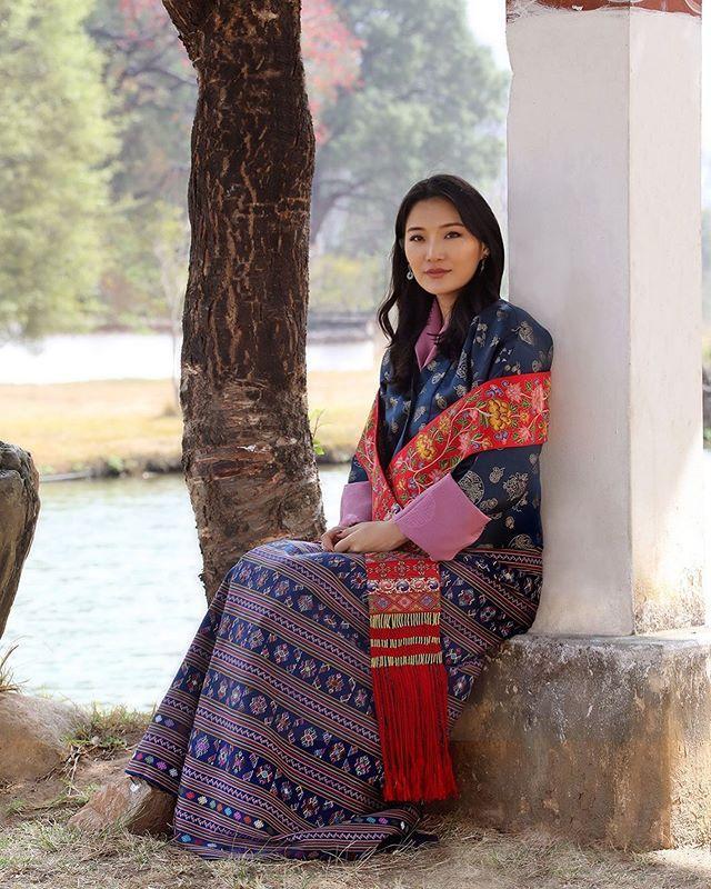 不丹王室發新照慶祝王後30歲生日!7歲迷倒太子,童話般愛情超甜