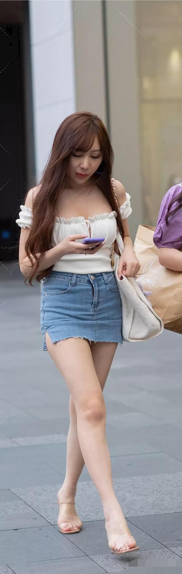 微胖美女一字肩搭牛仔短裙,展現成熟女性的韻味