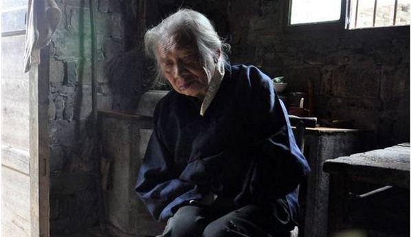 瞎老太癱瘓5年,啞巴兒每天送來三餐,臨終時才知兒子已去世兩年