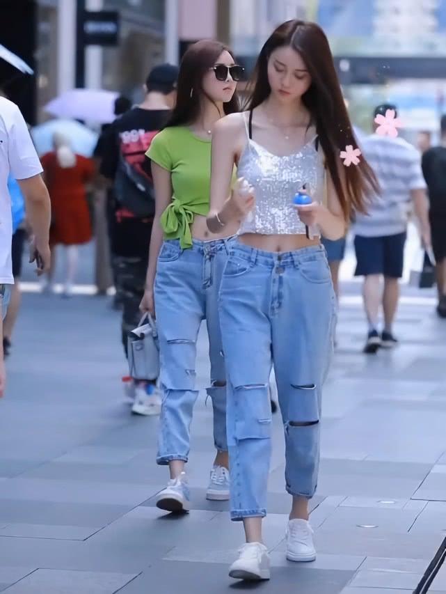 """双胞胎姐妹花穿同款牛仔裤,她却因""""小心机""""换了件衣服,赢了!插图(3)"""
