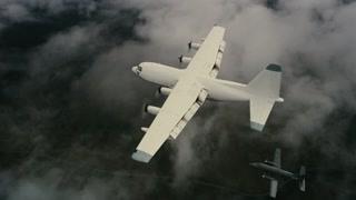 巨大飞机袭来 小飞机剧烈震动