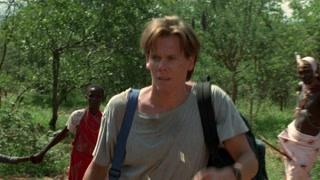 凯文·培根被土著人带着走 一路害怕有危险