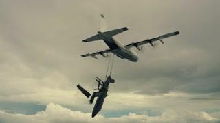 小飞机空中被迫笔直翻转 连机翼都被吹翻