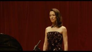 女歌唱家上台后不着急唱咱先起个范儿