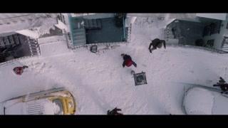 帕丁顿和布朗一家在门前欢乐的打雪仗