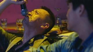 男子在卡拉OK唱男人花  这歌声我求你别唱了